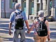 Mit höheren Sozialabzügen sollen auch Rentner steuerlich entlastet werden, schlägt die SVP vor. (Bild: Pixabay)