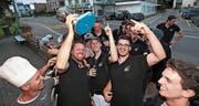 Die Oberwil Rebells – umrahmt vom Team des Restaurants Rigiblick – haben das Meistertitel-Dutzend vollgemacht. (Bild: Roger Zbinden (Oberwil, 5. Mai 2018))