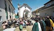 Die Talgemeinde findet traditionsgemäss vor der Kirche in Hospental statt. (Bild: Urs Hanhart (Hospental, 21. Mai 2017))