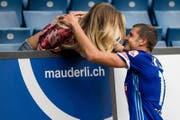 Pascal Schürpf wird von seiner Freundin Jennifer Bosshard beglückwünscht. (Bild: Archiv LZ (Philipp Schmidli, 12.08.2017, Luzern))