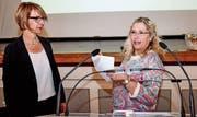 Präsidentin Traudi Schönegger erhält Dankesworte von Betriebsleiterin Judith Peter. (Bild: Christoph Heer)