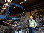 Bruno Meier ist stolz auf den neuen Bagger, der am neuen Standort Abfall sortiert. (Bild: Manuel Nagel)