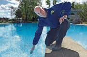 Badmeister David Strupler prüft die Wassertemperatur. (Bild: Sabrina Bächi)