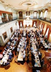Männer bleiben länger auf dem Parlamentarierstuhl sitzen als Frauen: Grosser Rat. (Bild: D. Caspari)