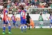 Basels Albian Ajeti, links, trifft zum 4-2 gegen St.Gallens Torhueter Dejan Stojanovic, beim Fussball Super-League Spiel zwischen dem FC St.Gallen und dem FC Basel. (Bild: Gian Ehrenzeller/Keystone)