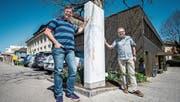 Schulleiter Rainer Nobs und Trägervereinspräsident Franz-Xaver Isenring vor der neuen Stele im Eingangsbereich. (Bild: Reto Martin)