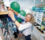 Die Inhaberin Simone Spillmann richtet die Apotheke feierlich her. (Bild: Stefan Kaiser (Zug, 8. Mai 2018))