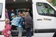 Schülerinnen und Schüler beim Einsteigen in den neuen Horwer Schulbus. (Bild: PD)
