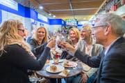 Anstossen in einer der Degustationshallen zur Eröffnung der Offa 2016. (Bild: Andrea Stalder - 12. April 2016)