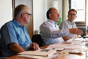 Finanzchef Thomas Grimm, Stadtpräsident Martin Salvisberg und Stadtschreiber Roland Huser erklären die Rechnung. (Bild: Rita Kohn)