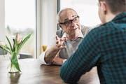 Portrait of senior man communicating with his grandson (Bild: Westend61 (Westend61))