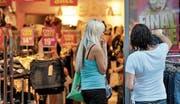 «Final Sale» bis 20 Uhr: Ein liberaleres Gesetz zu den Ladenöffnungszeiten soll den Geschäften in der Innenstadt mehr Kundinnen und Kunden und mehr Umsatz bringen. (Bild: Hanspeter Schiess)