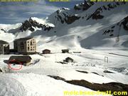 Auf Facebook kursieren derzeit Webcam-Bilder von der Frutt, auf denen sich ein Bär anscheinend über längere Zeit in der Nähe des Hotel Frutt Family Lodge aufhält. (Bild: Screenshot Webcam Melchi/Melchsee-Frutt)