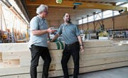 Urs Krattiger und David Stadelmann in der Werkhalle der Firma Krattiger, die auch zu besichtigen sein wird. (Bild: Rita Kohn)