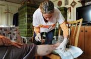 Mit einer ausgebauten ambulanten Betreuung sollen Betagte länger in den eigenen vier Wänden wohnen bleiben können. (Bild: Nana do Carmo)