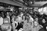 """Ein Bild für alle Nostalgiker: Gedränge während der Olma in der legendären und berüchtigten Halle 7. Sie brannte in der Nacht auf den 23. Oktober 2000 bis auf die Grundmauern nieder. Die Halle 7 war 1953 als Provisorium gebaut worden. Sie war im Volksmund auch als """"Fress- und Saufhalle"""" bekannt. (Bild: Michel Canonica - 16. Oktober 1997)"""