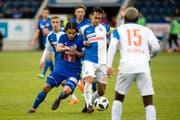 Luzerns Francisco Rodriguez (links) gegen GCs Captain Trent Sainsbury (Mitte). (Bild: Philipp Schmidli (Luzern, 13. Mai 2018))