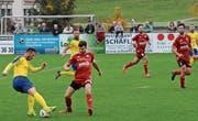 Kristian Nushi, hier am Ball gegen Bazenheids Christoph Gebert, ist Eckpfeiler im Team des FC Uzwil. (Bild: Beat Lanzendorfer)