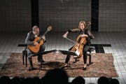 Trotz grosser Klangunterschiede harmonisch: Pablo Márquez (Gitarre) und Anja Lechner (Cello) im Neubad. (Bild: Manuela Jans-Koch (10. Mai 2018))