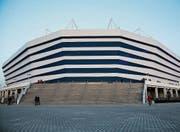 Wie ein riesiges UFO, das auf der Osterinsel gelandet ist: die Arena in Kaliningrad. (Bild: Nikolai Kharchenko/AP (11. April 2018))