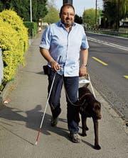 Jorge Moreno gewöhnt Blindenführhund Sam an den Strassenverkehr in Goldach. (Bild: Rossella Blattmann)