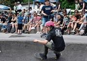 Die Skateboarder führten auf dem neuen Pumptrack Mittelrheintal in Berneck als Erste einen Wettkampf aus. Ihre waghalsigen Fahrten lockten auch viele Zuschauer an. (Bild: Yves Solenthaler)