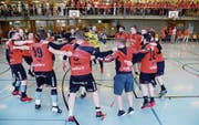 Die Emmer Handballer beim «Aufstiegstanz» nach dem Schlusspfiff. (Bild: «Landbote»/Marc Dahinden (Winterthur, 12. Mai 2018))