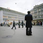 Businessleute müssen für die Reinigung ihrer Anzüge tief in die Tasche greifen. Bild vom Paradeplatz in Zürich. (Bild: Keystone/Gaetan Bally)