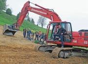 Baukommissionspräsident Michael Wehrli (auf dem Bagger) begrüsst die Anwesenden zum symbolischen Spatenstich für das neue Reservoir Schlatt. (Bild: PD)