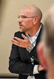 NZZ-Journalist Michael Schönenberger spricht bei Pro Kanti Frauenfeld. (Bild: Mathias Frei)