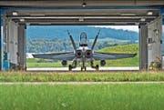 Eine F/A-18-Militärmaschine im Hangar auf dem Flugplatz Emmen. (Bild: Pius Amrein (Emmen, 5. August 2014))