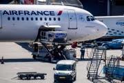 Eine Maschine der Air France wird am Flughafen Schiphol entladen. (Bild: Robin Utrecht / EPA (Amsterdam, 7. Mai 2018))
