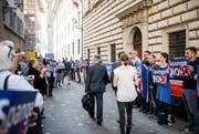 Die Bewohner des Maihof Quartier protestieren vor dem Regierungsgebäude zu Beginn der Kantonsratssession gegen die geplante Spange Nord. (Bild: Roger Grütter (Luzern, 8. Mai 2018))