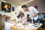 Naci Kocaslan steht den Kindern im Malstudio beratend zur Seite. (Bild: Manuela Jans-Koch (Altdorf, 10. Mai 2018))