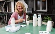 Beatrice Trachsel beim Etikettenaufkleben. In diese Becher wird die eigens kreierte Badhütte-Glace abgefüllt. (Bilder: Rebecca Frei)