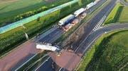 Die flüssige Schoggi ergoss sich über die gesamte Autobahn. (Bild: EPA/TwojaSlupca.pl)