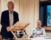 Präsident Alfred Mattle (v. l.) und Schulleiter Roland Aregger listen die Traktanden auf. (Bilder: Carmen Kaufmann)