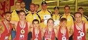 Sie überzeugten an den Schweizer Meisterschaften in Willisau: Die erfolgreichen Freistilspezialisten bei den Kadetten und Aktiven (links) sowie die Grecoringer der Jugend A und der Junioren. (Bilder: Patrick Dietsche)