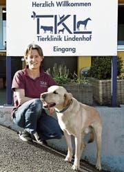 Tierärztin Fabienne Veillard mit ihrem Labrador Jaro. (Bild: Yvonne Aldrovandi-Schläpfer)