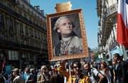 Macron als Louis XVI.: Zehntausende demonstrierten am Samstag in Paris gegen als «unsozial» gegeisselte Reformen des französischen Präsidenten. (Bild: François Mori/AP)