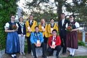 Veteranenehrung, umrahmt von den Ehrendamen: Doris Gmür, Christian Ebneter, Theres Schneider und Werner Lusti (stehend von links) sowie Andreas Egli und Loredana Koller (vorne). (Bild: Peter Jenni)