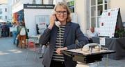 Sybil Schreiber hört sich auf der Gasse eine Telefongeschichte an. (Bilder: Mirjam Bächtold)