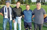 FCW-Präsident Kuno Jocham (links) und Sportchef Markus Hutter (rechts) bedankten sich bei Sven Sonderegger (2. von rechts) und stellten Roman Hafner als neuen Cheftrainer ab Sommer vor. (Bild: Ulrike Huber)