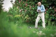 Immer mit der Kamera unterwegs: Schmetterling-Experte Manfred Hertzog. (Bild: Reto Martin)