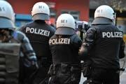 Polizeieinsätze wegen einiger wenigen Fussballfans, die sich nicht zu benehmen wissen, sind auch in Wil traurige Realität. (Symbolbild/Benjamin Manser)