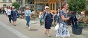 Modeschau auf dem Trottoir: Fünf Frauen zeigen am «Wyfelder Fritig» auf der Frauenfelderstrasse die neuste Frühlingskollektion. (Bild: Mario Testa)