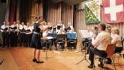 Dirigentin Martina Junker stimmt mit dem Männerchor und der Musikgesellschaft das Matrosenlied an. (Bild: Manuela Olgiati)