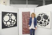 Die Künstlerin Barbara Zogg-Tanner mit drei ihrer Werken, die derzeit in der St.Galler Kantonalbank in Buchs zu sehen sind. (Bild: Hansruedi Rohrer)