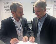 Beim Fachsimpeln: der einstige FC-Wil-Sportchef Axel Thoma (rechts) und Wils aktueller Präsident Maurice Weber. (Bild: Simon Dudle)