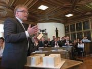 Der Nidwaldner Baudirektor Josef Niederberger erklärt im Landrat anhand von Holzwürfeln die Auswirkungen des neuen Planungs- und Baugesetz. (Bild: Oliver Mattmann (NZ) (Nidwaldner Zeitung))